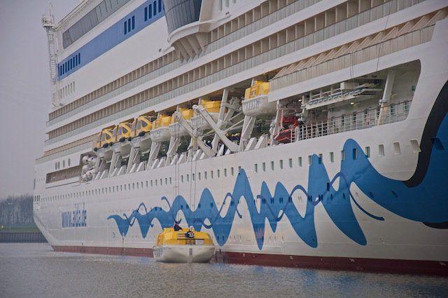 AIDAsol am Ausrüstungskai, Test der Rettungsboote