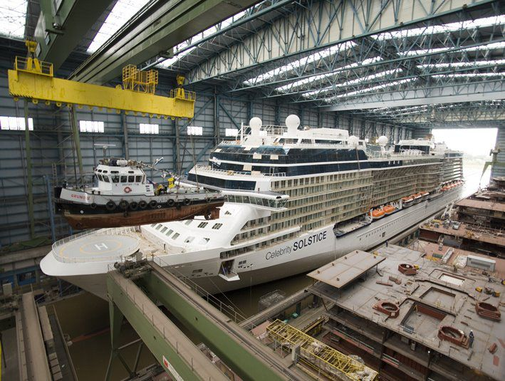 Fliegender Schlepper / Celebrity Eclipse in der Meyer Werft / © Meyer Werft