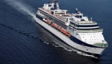 Crewmitglied über Bord auf der Celebrity Constellation