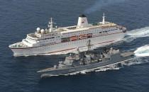 MS Deutschland mit Fregatte Rheinland-Pfalz im Golf von Aden