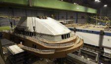 AIDAmar bekommt Schornstein in der Meyer Werft (Video)