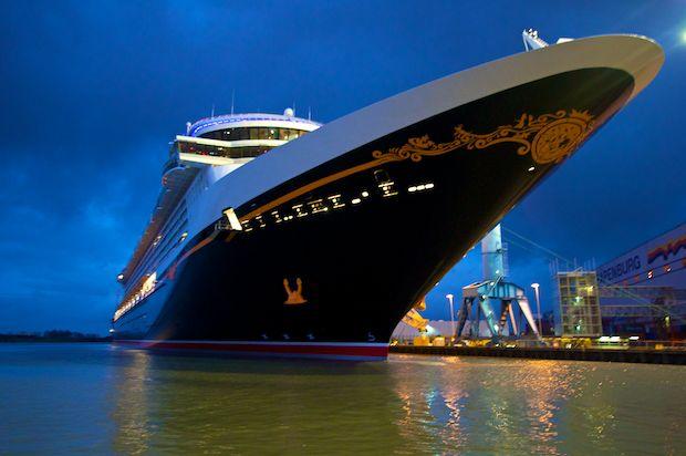 Disney Fantasy bei Nacht nach dem Ausdocken vor der Meyer Werft