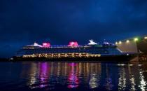 Disney Fantasy bei Nacht vor der Meyer Werft