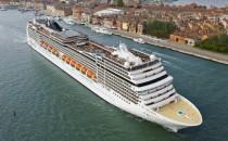 MSC Magnifica spielt Konzert in Hamburg mit Schiffshorn