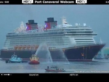 Disney Fantasy mit Feuerlöschbooten in Port Canaveral / © www.portcanaveralwebcam.com