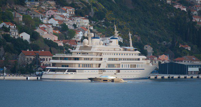 """Megayacht """"Al Said"""" vom Sultan aus Oman Qabus ibn Said mit Beiboot - einem Rennboot"""