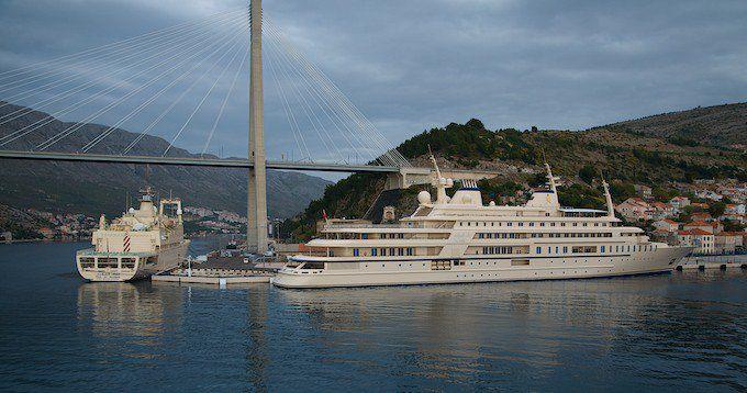 "Megayacht ""Al Said"" vom Sultan aus Oman Qabus ibn Said mit Versorgungsschiff ""Fulk al Salamah"""