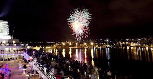 Feuerwerk beim Treffen von Mein Schiff 1 und Mein Schiff 2 / © TUI Cruises