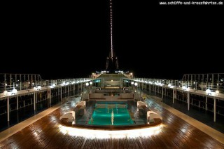 MSC Lirica Pooldeck bei Nacht