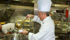 MS Delphin Hinter den Kulissen: Küche mit Meerblick
