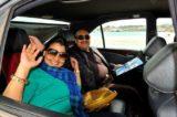Pradeep Agrawal mit Frau bei der Abfahrt