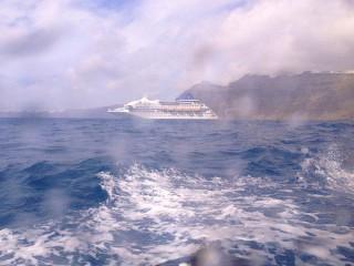 Tendern in Santorin - im Hintergrund ist Louis Crystal