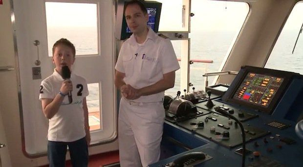 Vincent und Kapitän Remko Fehr / © TUI Cruises (Video Screenshot)