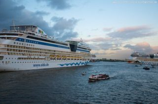 Hafenbarkasse mit AIDAmar im Hamburger Hafen