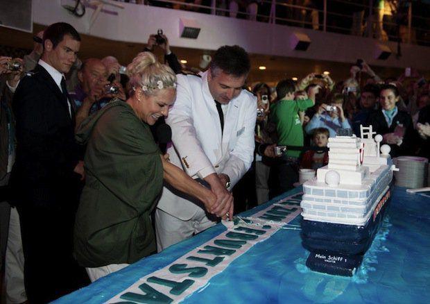 Ina Mueller und Dimitris Papatsatsis (Kapitaen der MS1) / © TUI Cruises