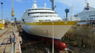 MS Hamburg im Dock in Genua / © Plantours