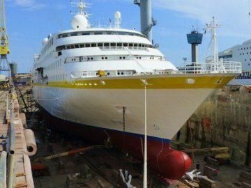 MS Hamburg im Dock in Genua / © Plantours