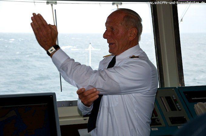 Kapitän Jens Thorn erklärt die Brücke der MS Artania