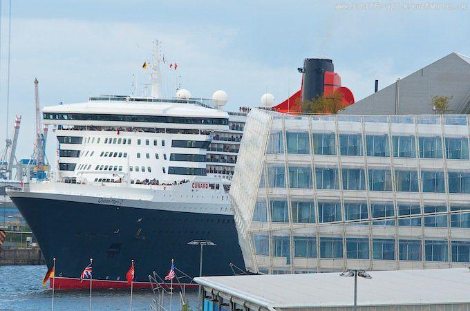 Queen Mary 2 beim Einlaufen in den Hamburger Hafen