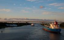 Steinewerfer am Nordostsee-Kanal: Containerschiff beworfen