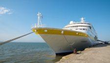 MS Hamburg legt 2014 in Emden und 2015 in Leer im Ostfriesland an