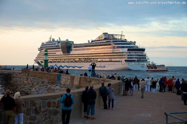 AIDAsol verlässt den Hafen von Warnemünde