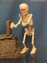 Figur aus Knochen im Museum