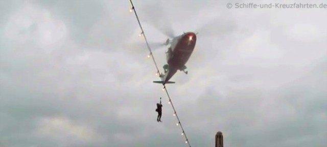 Lotse am Hubschrauber