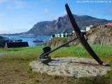 Ankerdenkmal & MS Delphin auf Reede vor Sisimiut