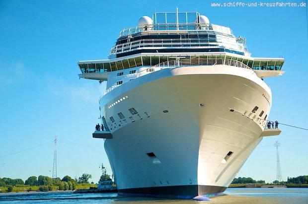 Celebrity Reflection vor der Meyer Werft vor der Emsüberführung