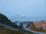 MS Delphin auf Reede in Nuuk