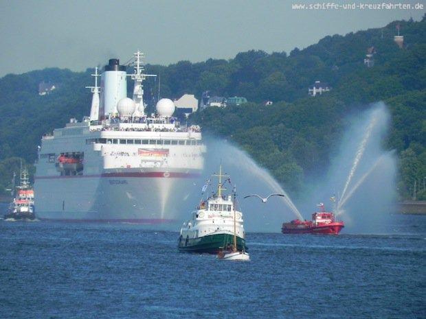 MS Deutschland beim Einlauf mit den Olypioniken in Hamburg