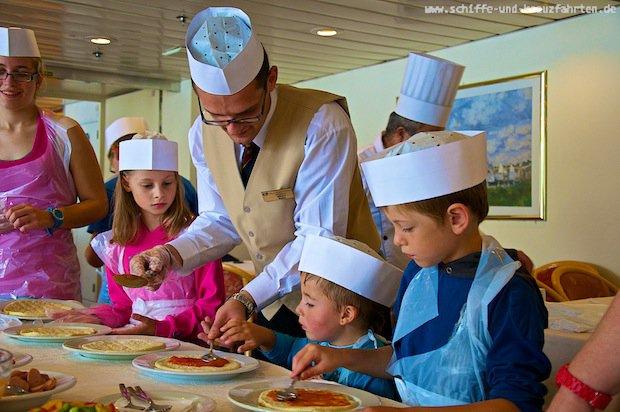 Pizzabacken auf der Princess Daphne mit den Kindern