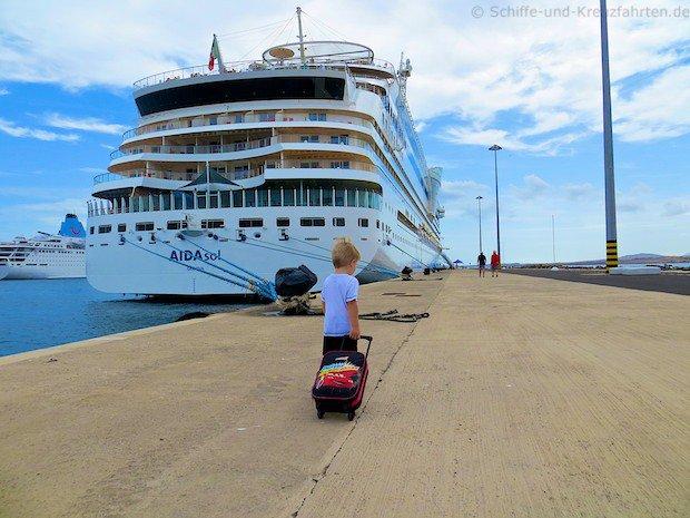 Kleines Kind läuft mit seinem Koffer zur AIDAsol an die Pier in Gran Canaria