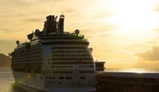 Foto: Adventue of the Seas beim Sonnenaufgang in Funchal / Madeira