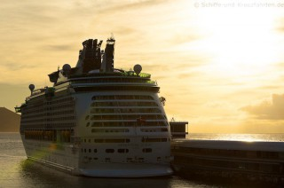 Sonnenaufgang und Adventure of the Seas in Funchal Madeira im Oktober 2012