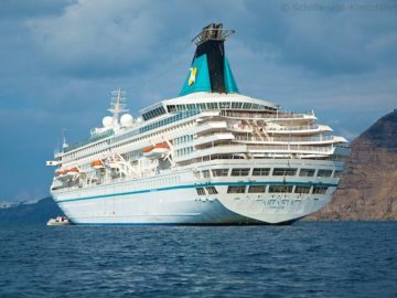 MS Artania vor Santorini im November 2012 10
