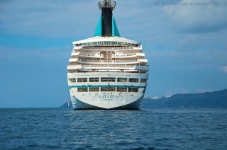 MS Artania vor Santorini im November 2012 11