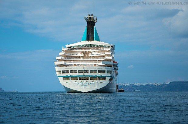 MS Artania vor Santorini im November 2012 12