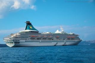 MS Artania vor Santorini im November 2012