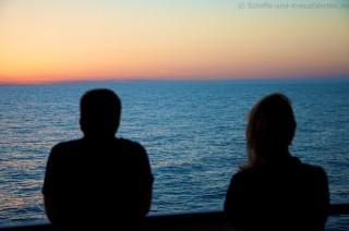 Sonnenuntergang auf hoher See genießen