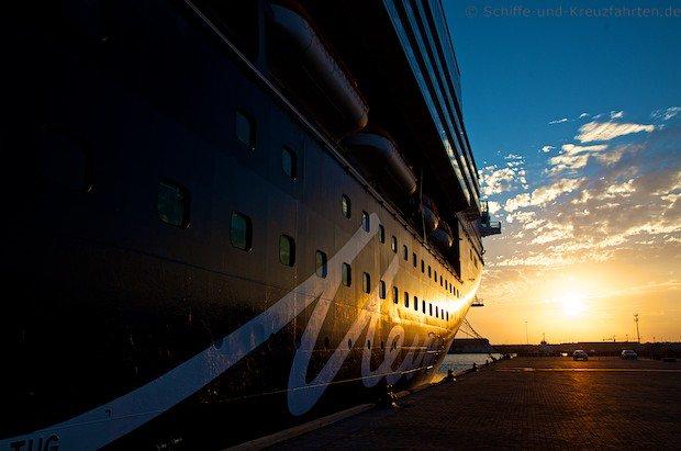 Mein Schiff 2 beim Sonnenuntergang in Abu Dhabi