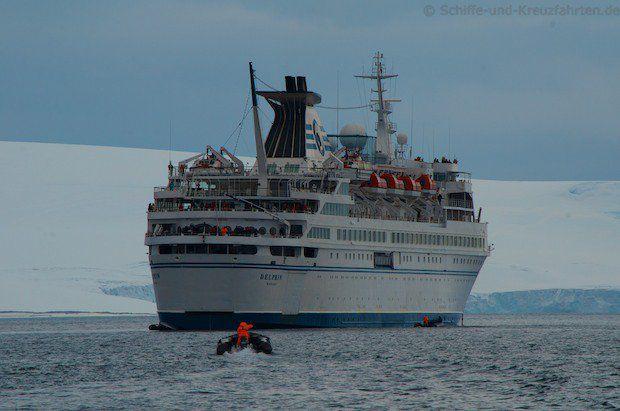 MS Delphin vor Half Moon Island in der Antarktis