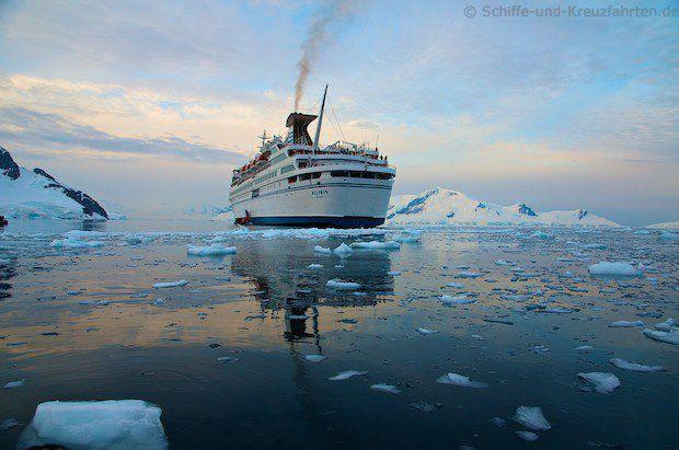MS Delphin auf Reede: Paradise Bay in der Antarktis
