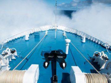 Etwas Seegang - die Delphin stampft durch die Wellen ins ewige Eis