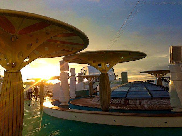 Sonnenuntergang in Singapur - Pooldeck der AIDAdiva
