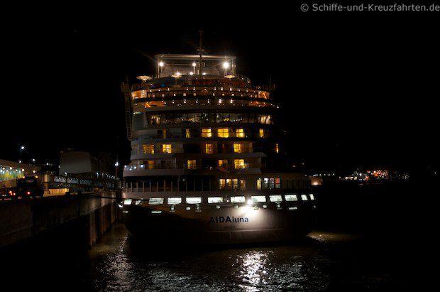 AIDAluna an der Pier - Das erst Mal in 2013 in Hamburg