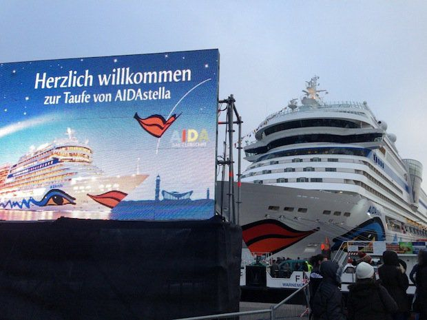 AIDAstella und die Leinwand an der Pier in Warnemünde / Klaus Rühlemann (AIDAbar.net)