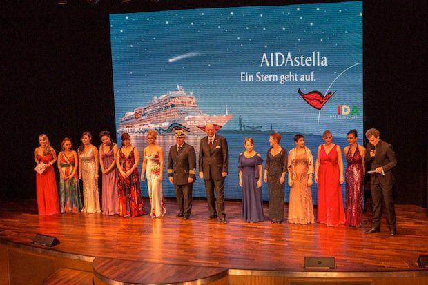 Die zehn Taufpatinnen, der Kapitän Nico Berg und AIDA President Michael Ungerer auf der Bühne / © AIDA Cruises