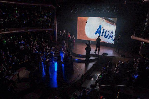 Taufakt von AIDAstella - Die Flasche zerschellt am Bug / © AIDA Cruises